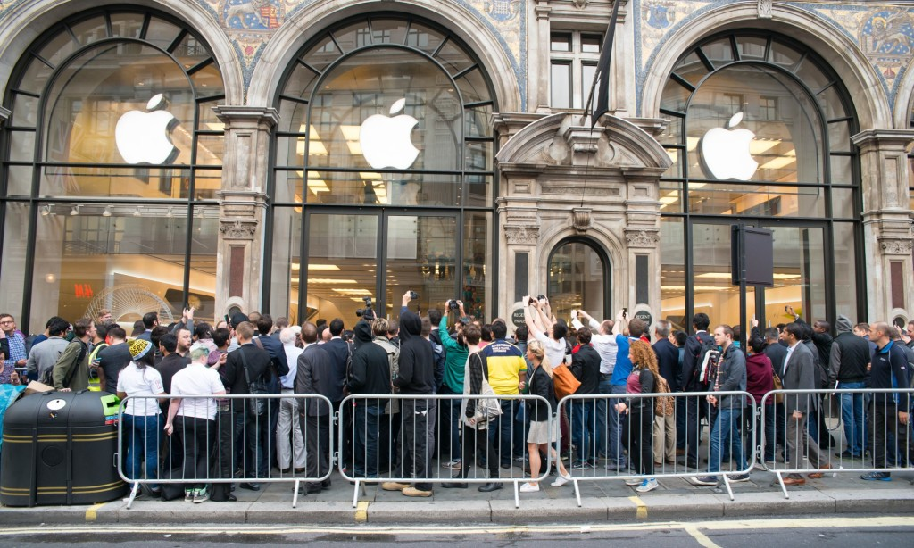 First ecstatic customers leave Apple store in London with new iPhone 6